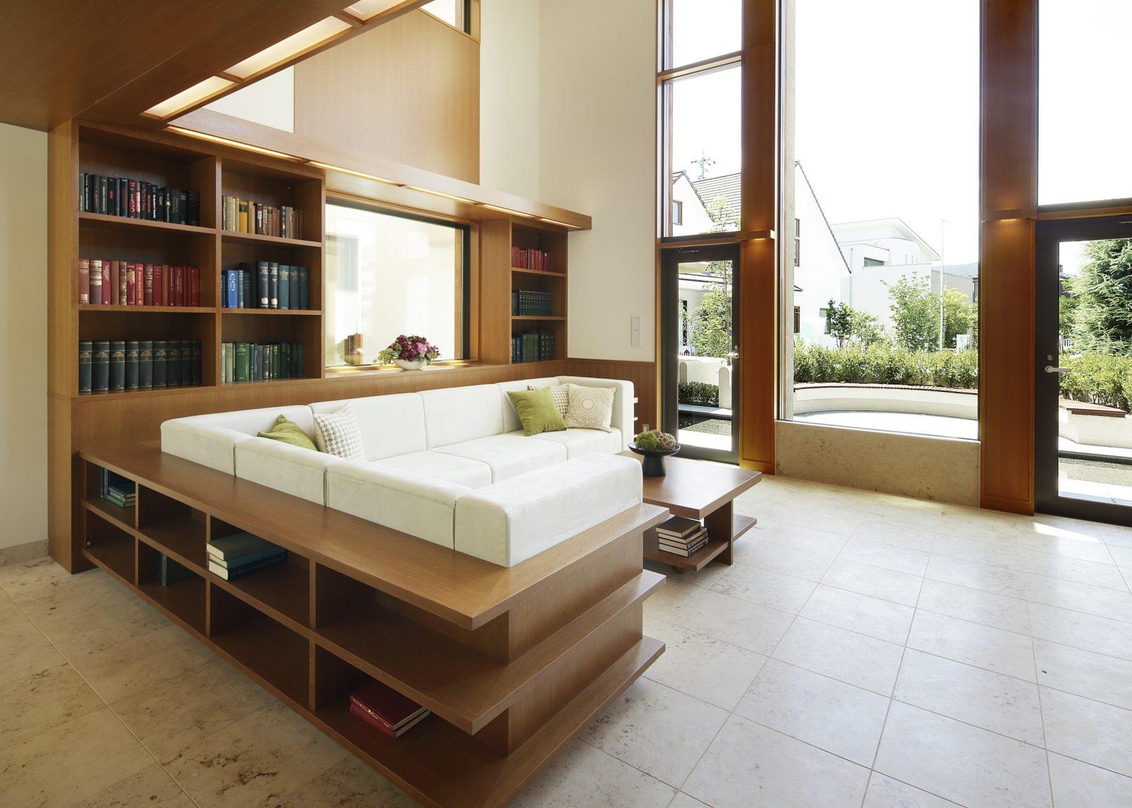 吹抜けのリビング・造り付け本棚収納 イコーハウス北九州オーガニックハウス  Base Style:MOONSTREAM